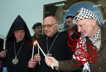 PALESTINIAN PRESIDENT YASSER ARAFAT (R) AND CHRISTIAN CLERGYMEN LIGHT CANDLES DURING A CHRISTMAS CEREMONY AT ARAFAT'S OFFICE IN RAMALLAH